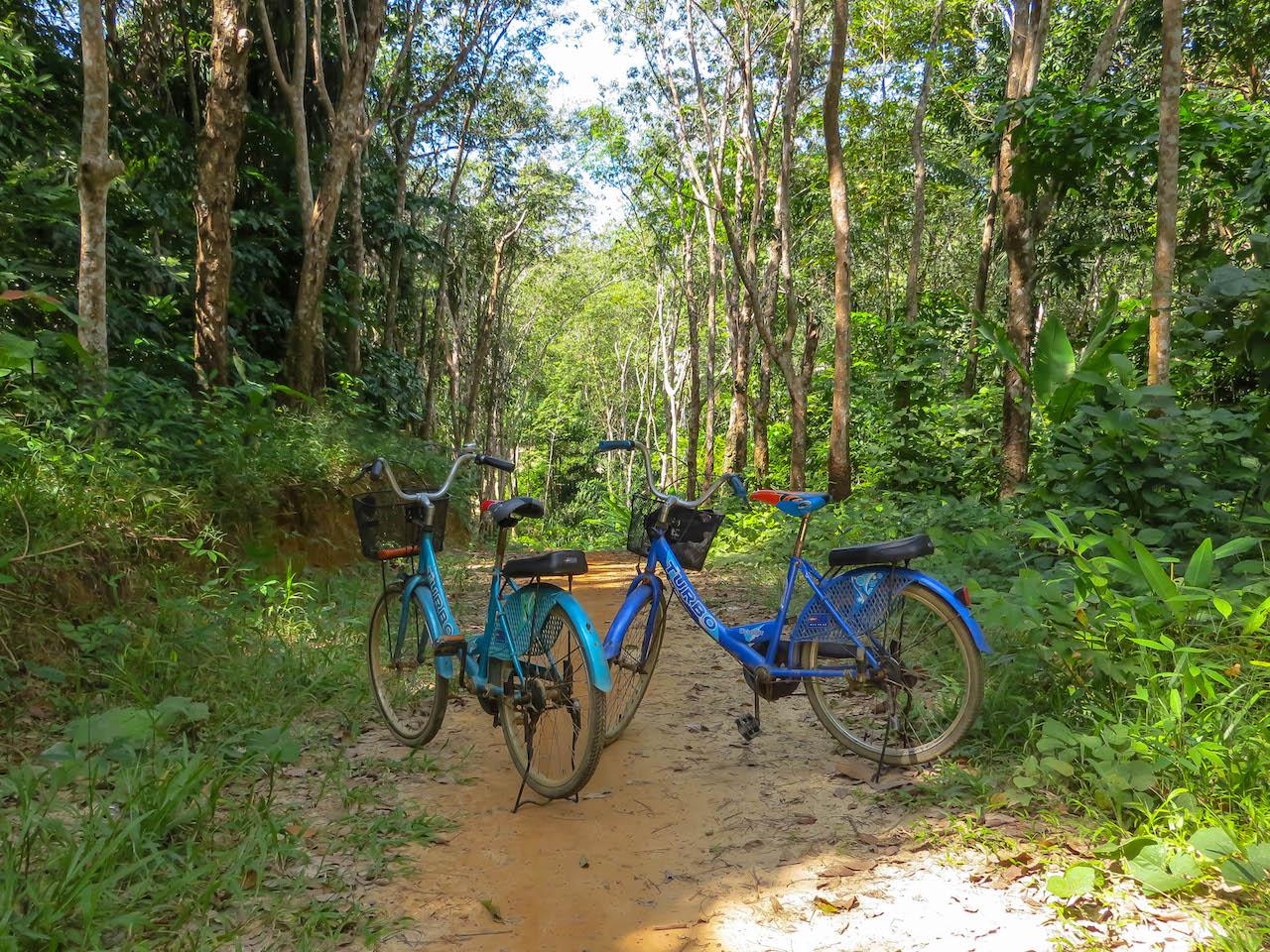 Fahrrad fahren auf Koh Muk.
