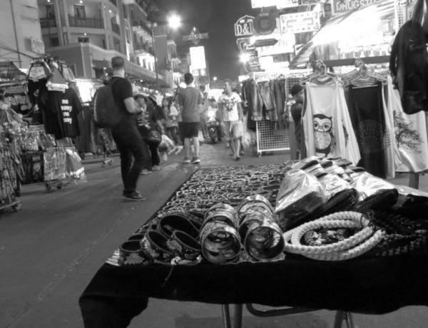 Khao San Road in schwarz-weiss: ein Fotoessay