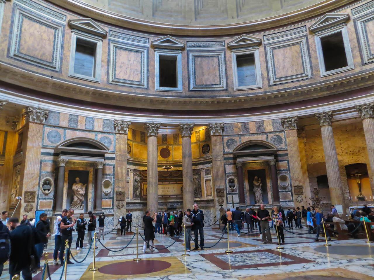 Im Innern des Pantheons.