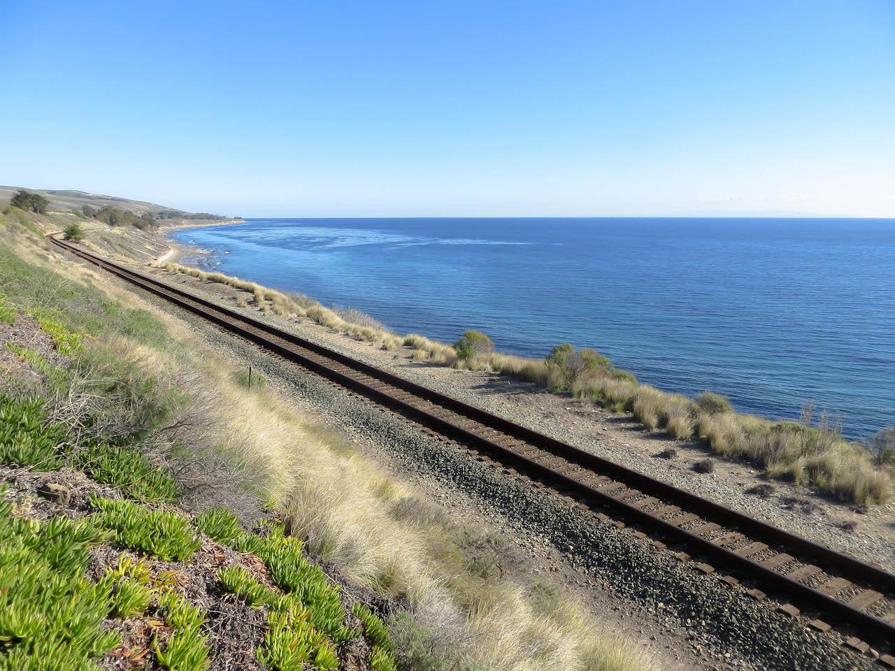 Auch die Bahn bietet spektakuläre Aussichten auf das Meer.