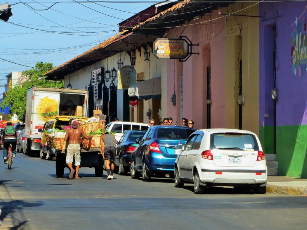 Strassenszene in León, Nicaragua.