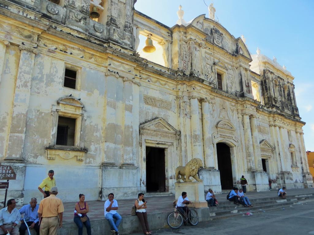Nachmittagstratsch vor der Kathedrale in León, Nicaragua.