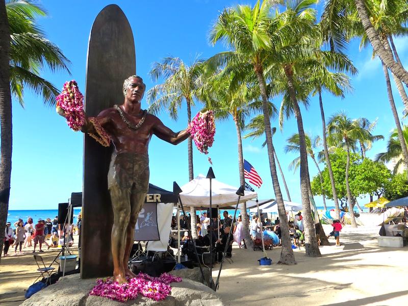 Die Statue von Duke Kahanamoku, Begründer des modernen Surfens, am Waikiki Beach auf Hawaii.