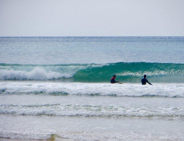 Surfen an der Südküste Portugals.