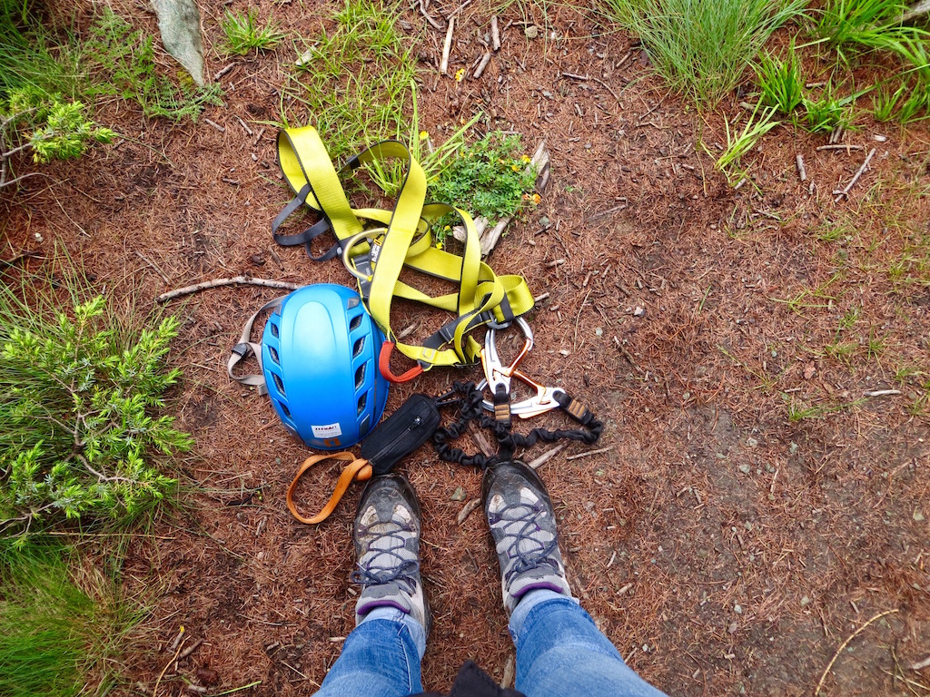 Die Ausrüstung für den Klettersteig liegt bereit.