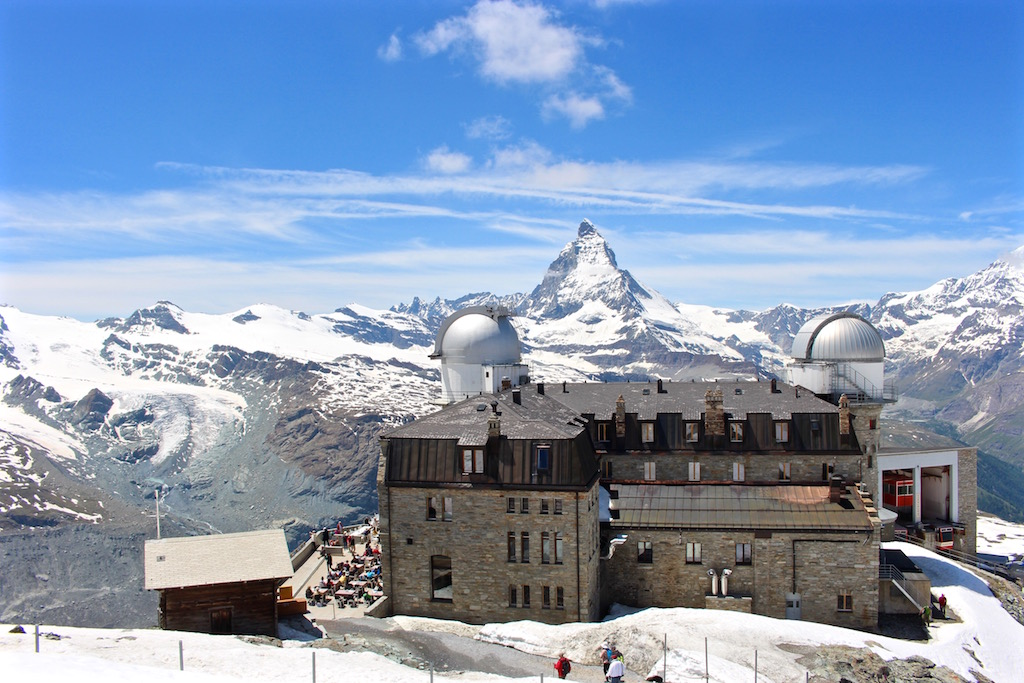 Blick auf das Restaurant auf dem Gornergrat mit dem Matterhorn im Hintergrund.