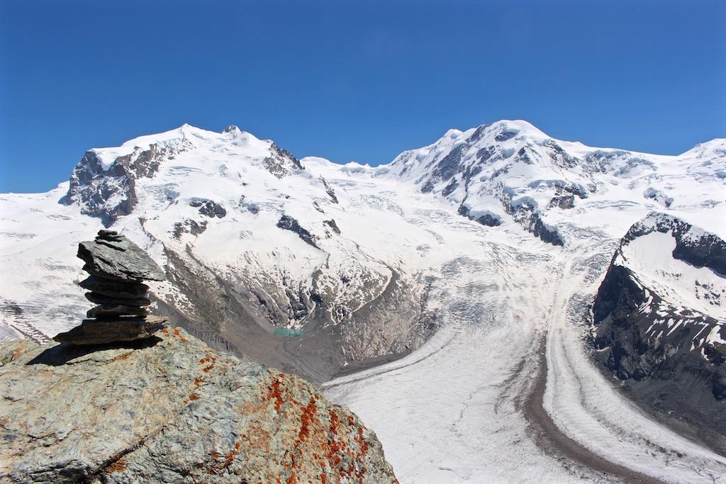 Die Dufourspitze mit der Monte Rosa Hütte, die hier kaum zu erkennen ist.