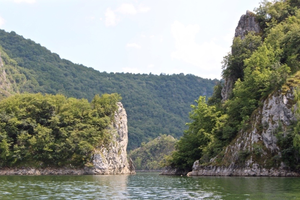 Unterwegs auf dem Fluss Uvac in Serbien.