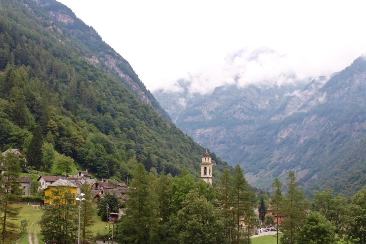 Dörfer, weit hinten im Verzasca Tal.