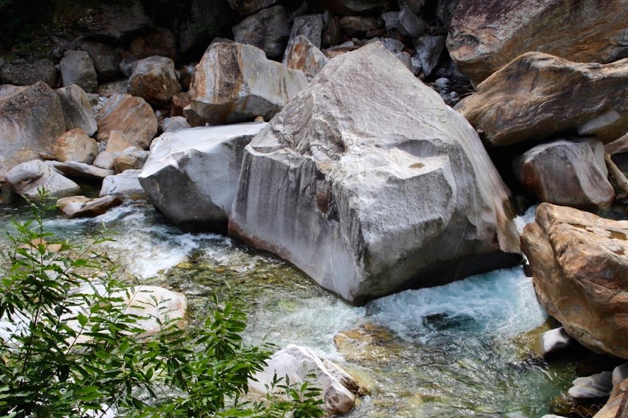 Je weiter der Fluss Richtung Stausee gelangt, desto breiter und wilder wird er.