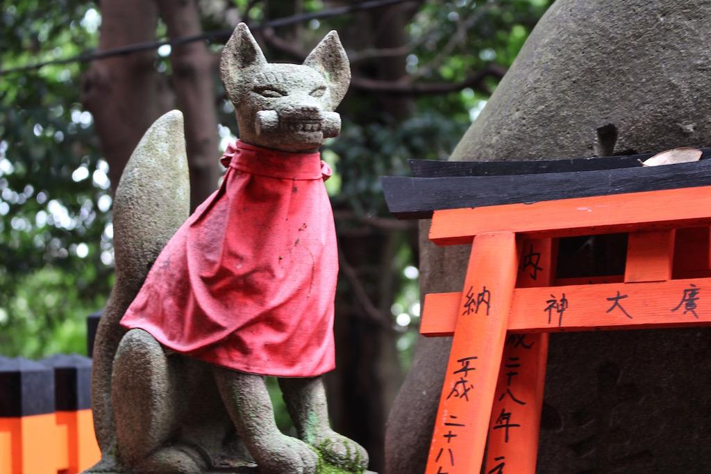 Die Füchse beherrschen den Fushimi Inari-Taisha Schrein.