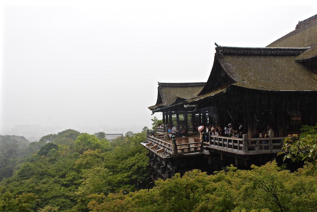 Der Tempel Kiyomizu-dera bei strömendem Regen.
