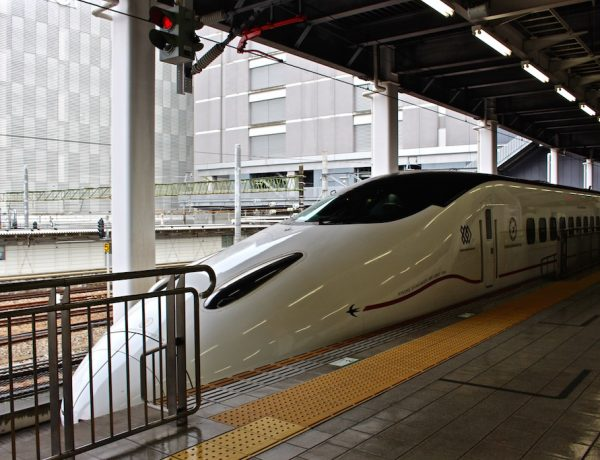Mit dem Shinkansen Highspeed Zug gehts schnell von Ort zu Ort in Japan.