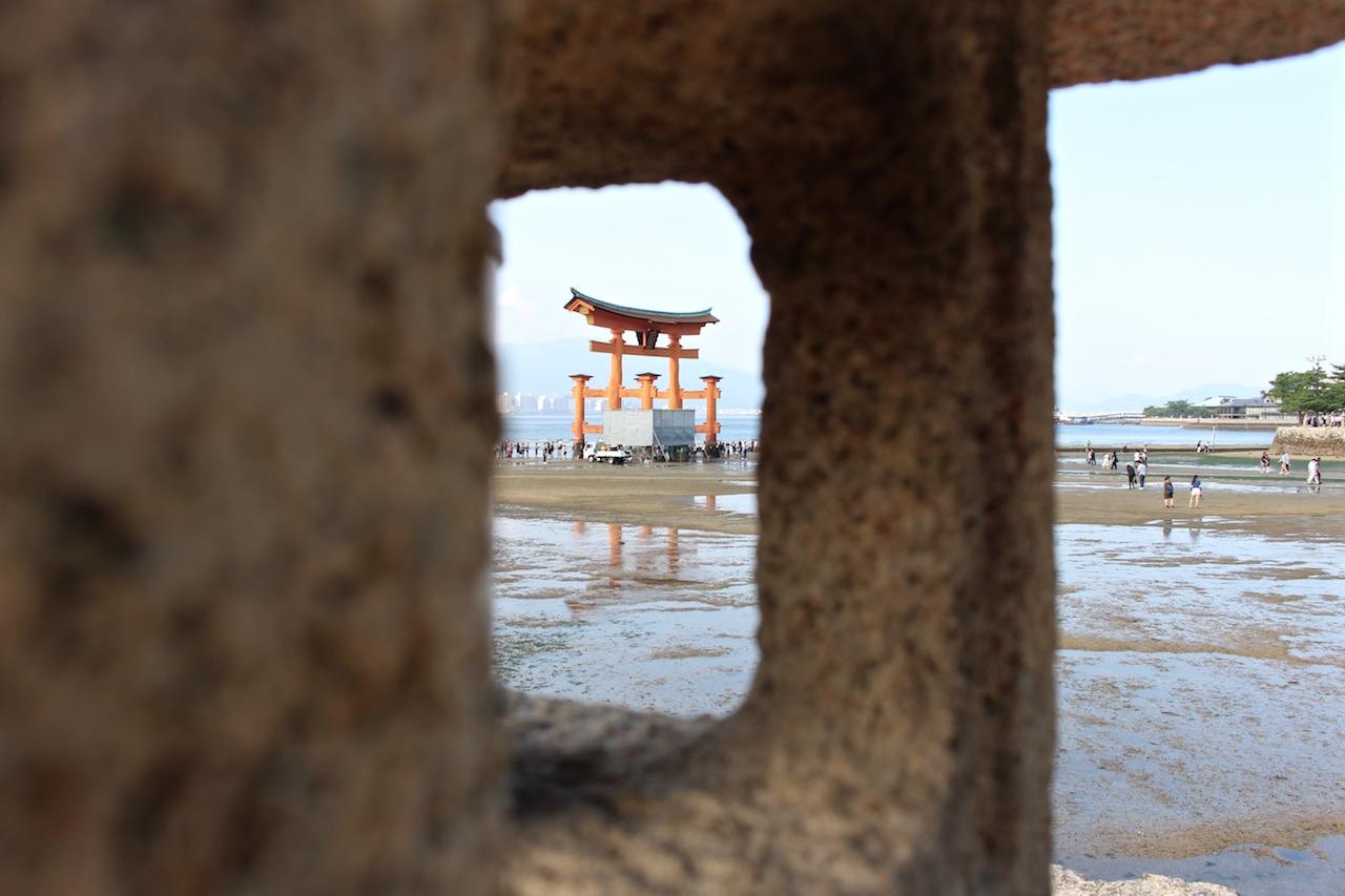 Ein etwas anderer Blick auf das Torii auf Miyajima.