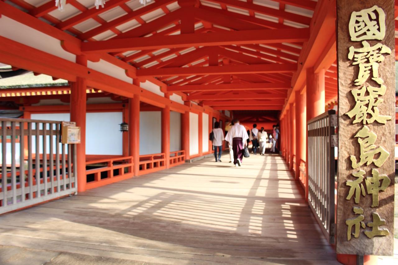 Der Eingang zum Itsukushima-Schrein auf Miyajima.
