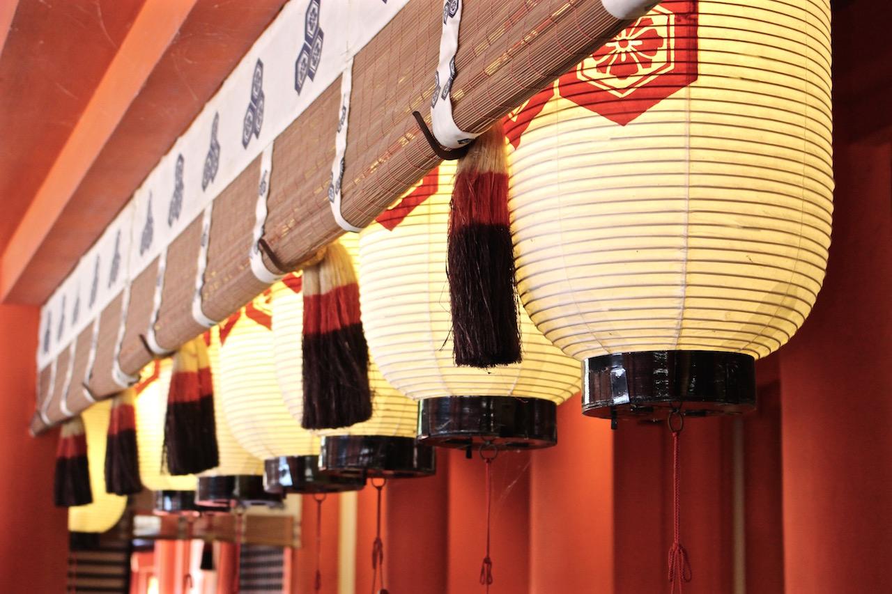 Stimmungsvolle Details im Itsukushima-Schrein.