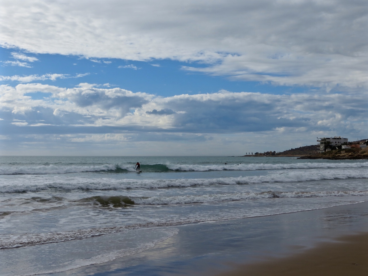 Surfen lässt es sich an der ganzen Küste!