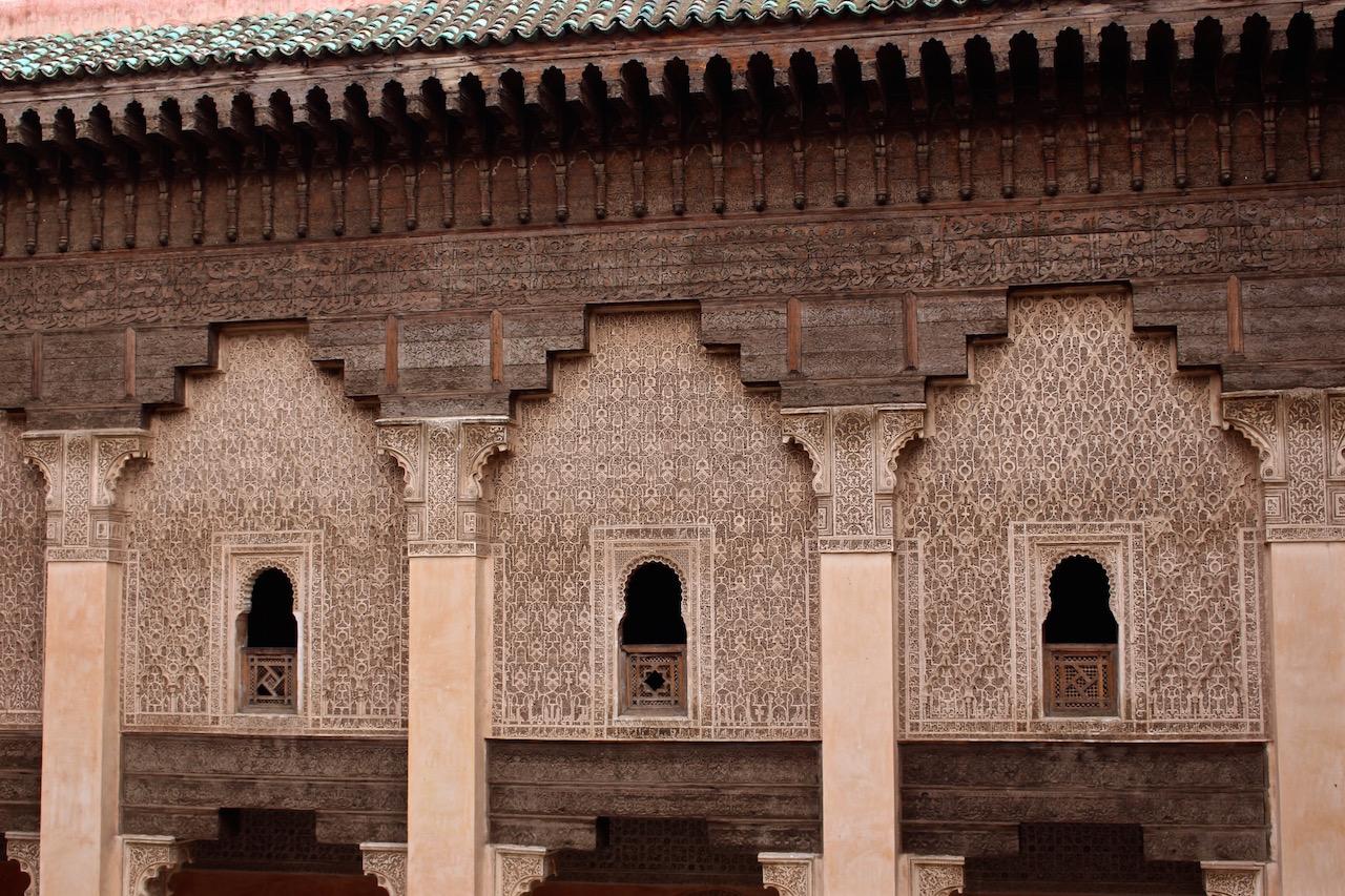 Unglaubliche Architektur in der Medersa Ben Youssef, der alten Koranschule Marrakeschs.