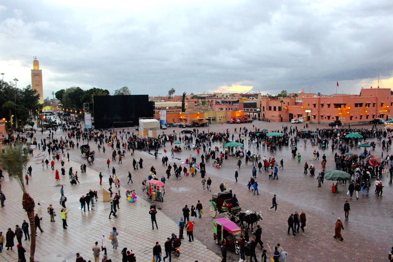 Sobald es anfängt zu dämmern, finden sich immer mehr Menschen auf dem Djemaa el Fna.