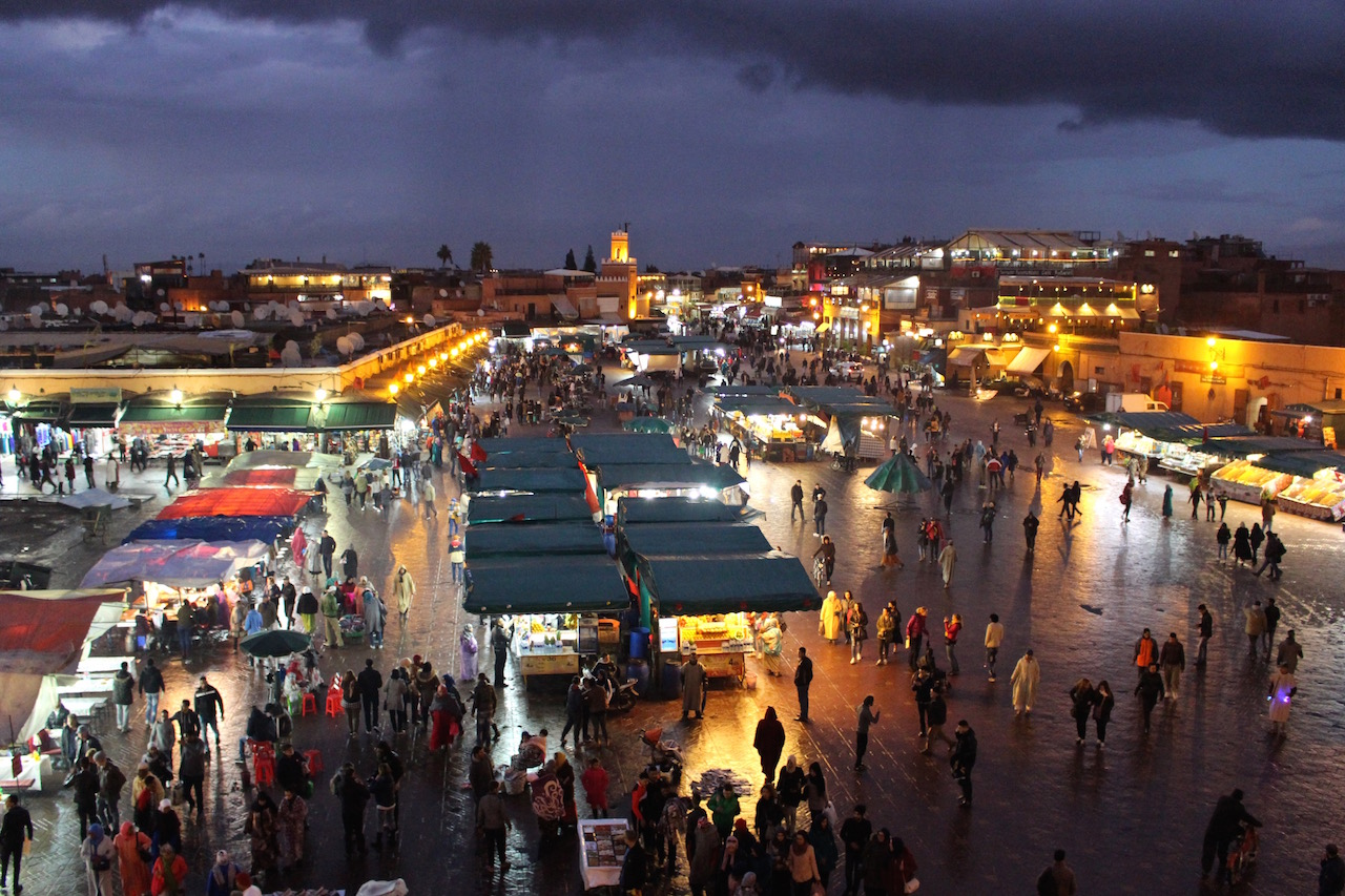 Der Djemaa el Fna in Marrakesch bei Nacht.