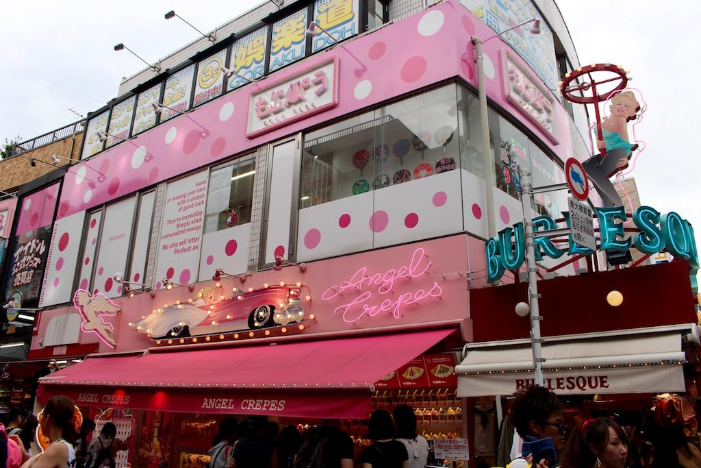 In der Takeshita-dori glitzert und glänzt alles. Oder ist rosa.