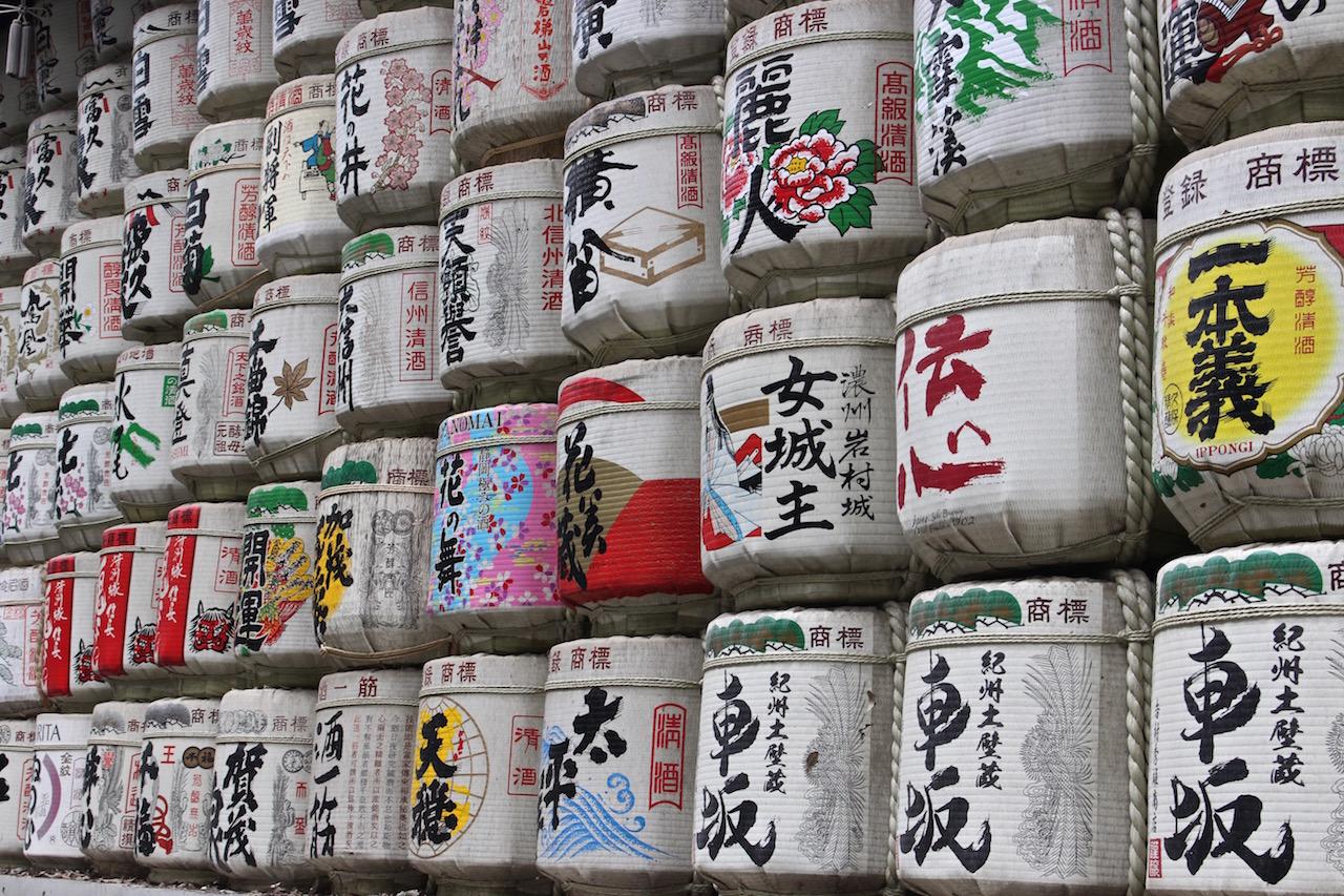 Sake Fässer auf dem Weg zum Meiji Schrein in Tokio.