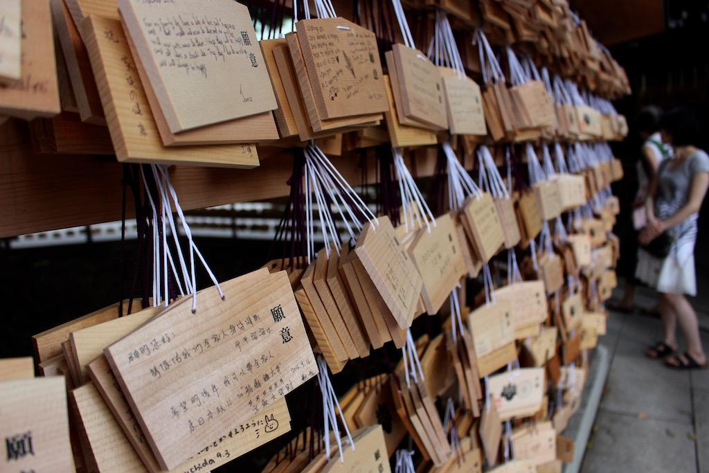 Ein wenig Ruhe suchen im Meiji Schrein in Tokyo.