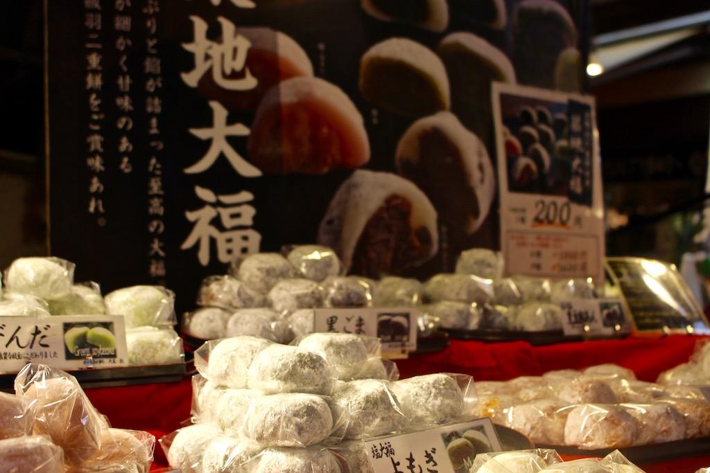 Auch auf Tokios Märkten gibt es Leckereien zum Ausprobieren.