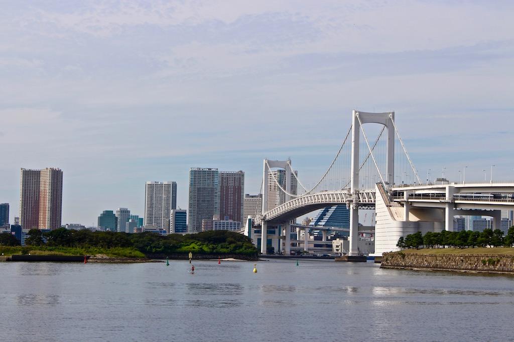 Blick auf die Rainbow Bridge in Odaiba in Tokio.