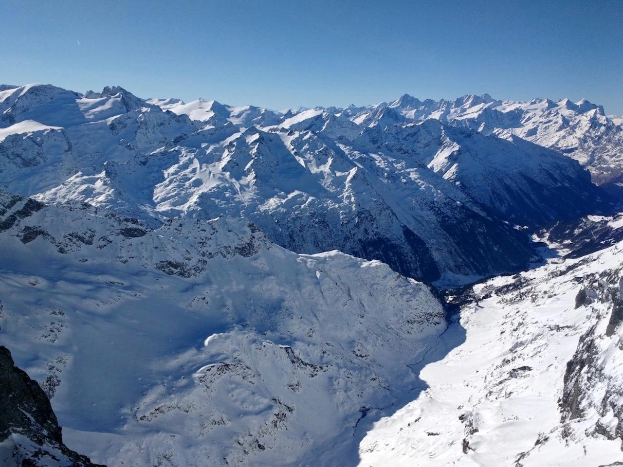 Blick von ganz oben vom Titlis auf Engelberg.