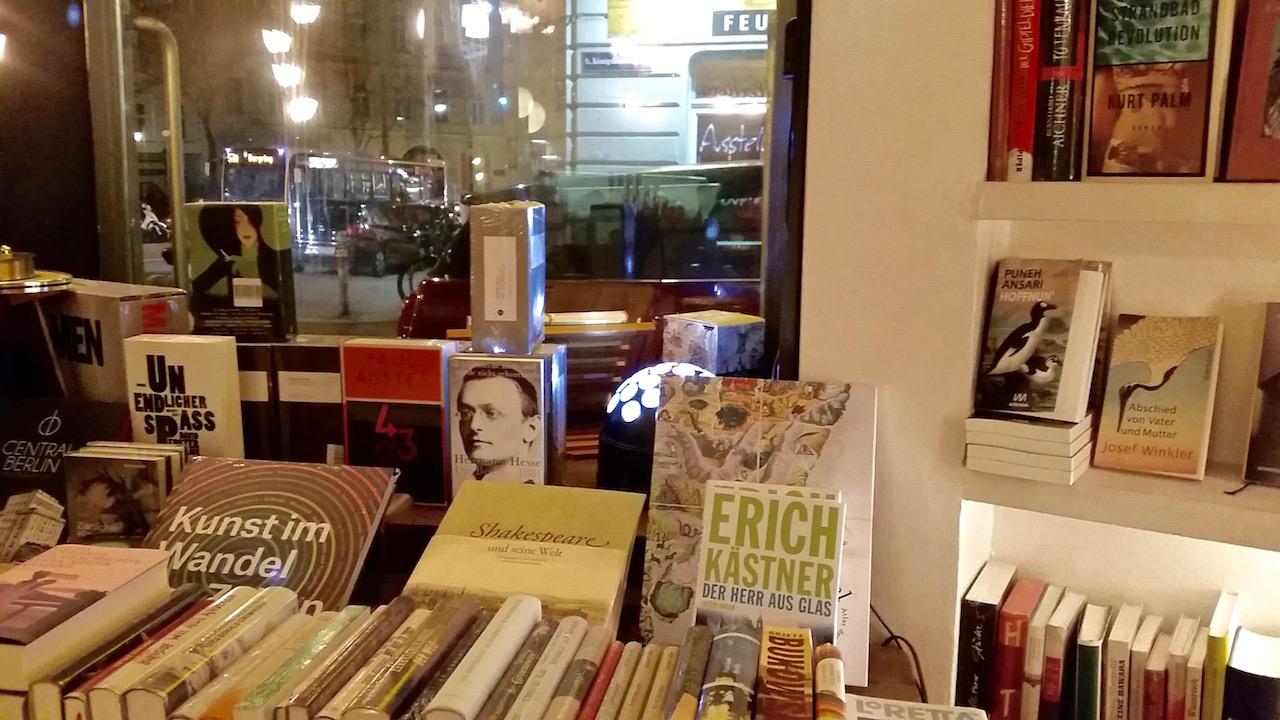 Im Phil gibts nicht nur Essen, sondern auch Literatur.