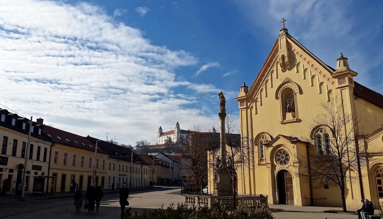 Im Hintergrund die Burg von Bratislava.