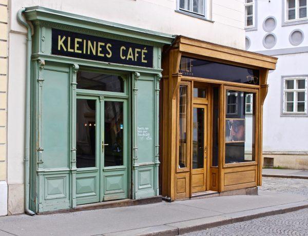 Ganz unscheinbar steht das Kleine Café da.
