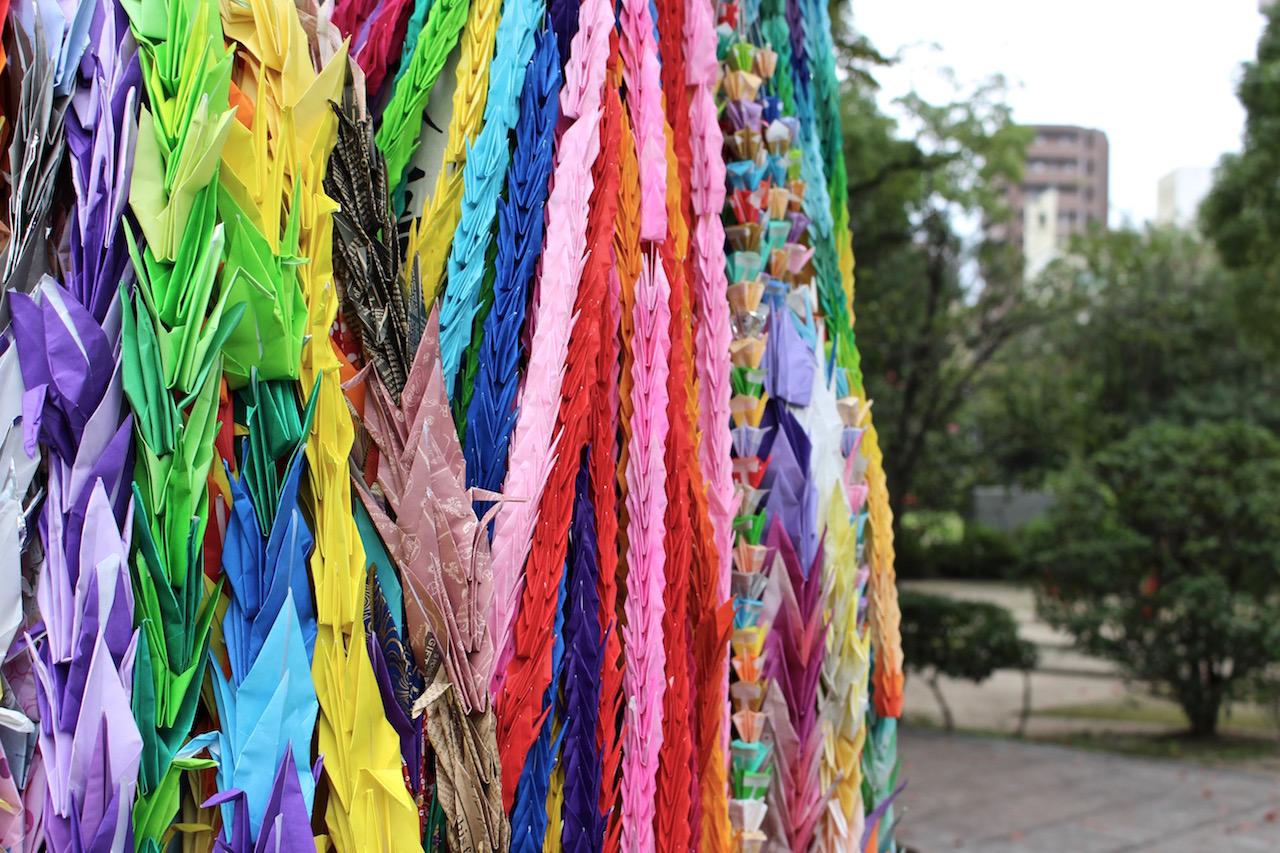Farbige Kraniche zum Zeichen des Friedens in Hiroshima.
