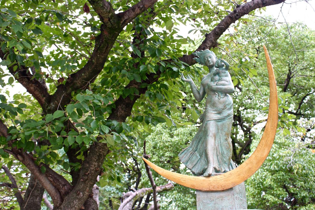 Die Statue von Mutter mit Kind im Friedenspark.