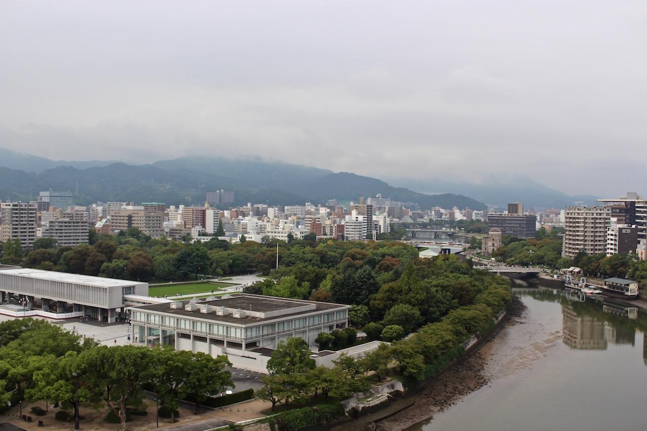 Blick über Hiroshima mit dem Friedensmuseum.