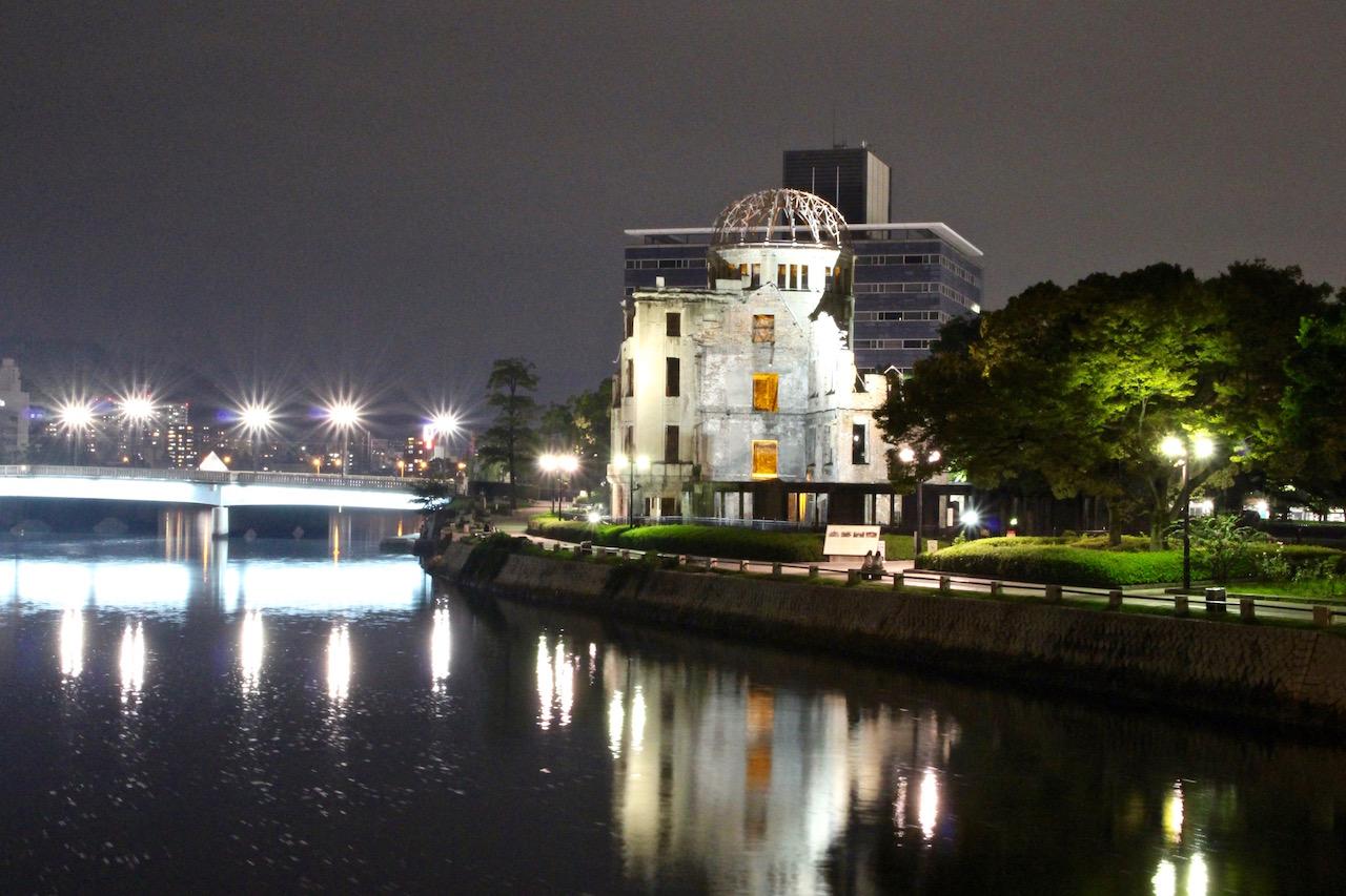 Der A-Bomb Dome ist bei Nacht immer beleuchtet.