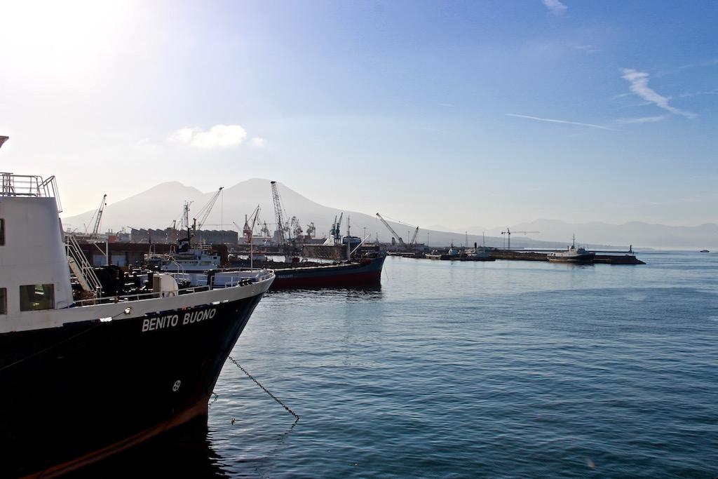 Im Hafen von Neapel, im Hintergrund der Vesuv.