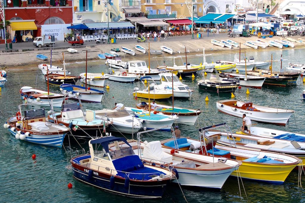 Fährhafen neben Ausflugsbooten auf Capri.
