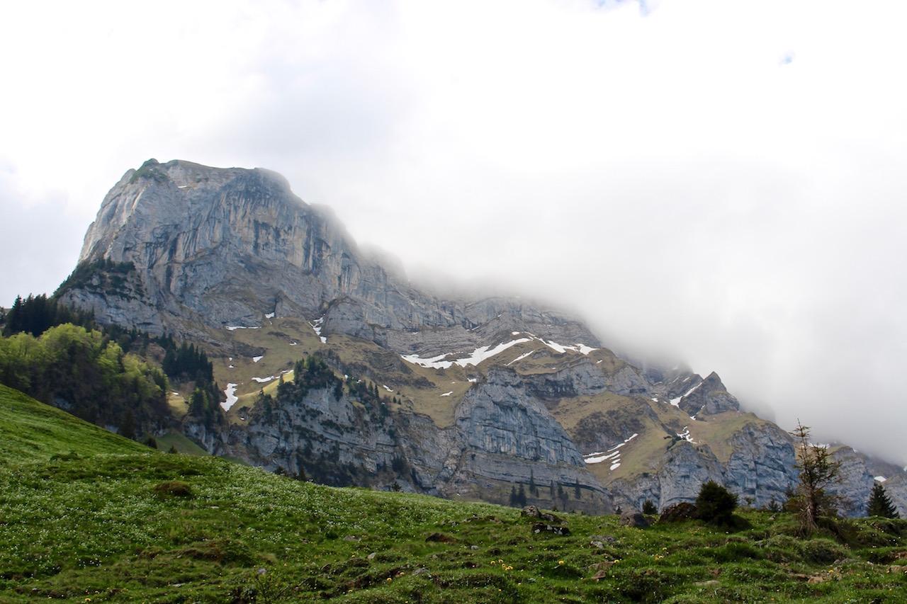 Wolkenfelder in den Bergen.