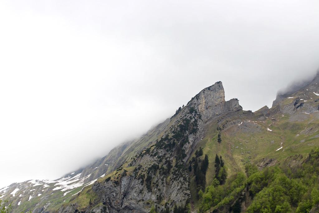 Blick hinauf zu den umgebenden Gipfeln.