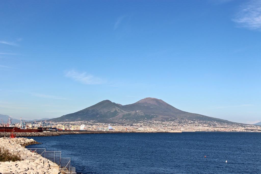 In Neapel hat man den Vesuv immer vor der Nase.