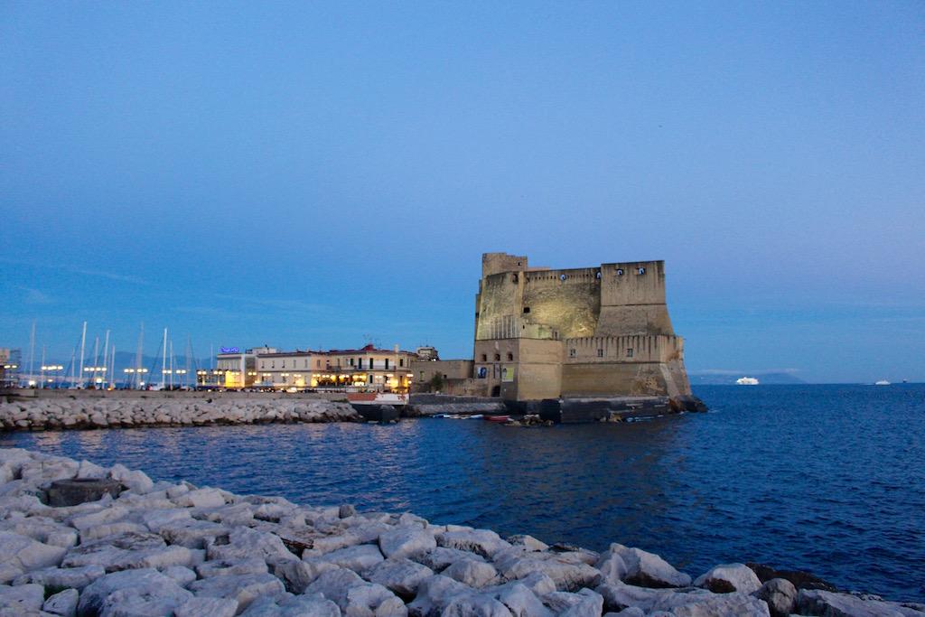 Das Castell del'Ovo bei Nacht.