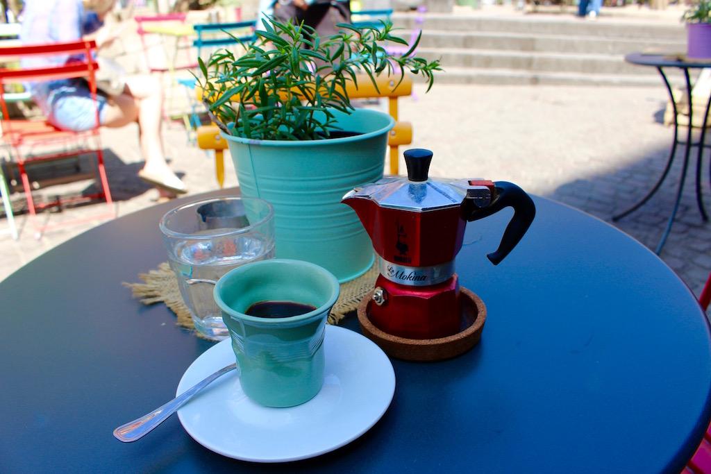 Espresso in Neapels Altstadt.