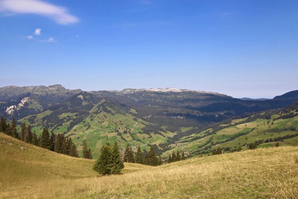 Sicht in das Tal und Richtung Habkern.