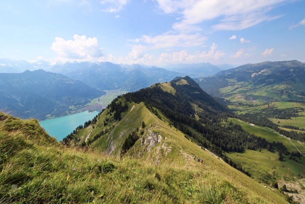 Oberhalb Interlaken: Kleine Menschen in grossartiger Landschaft.