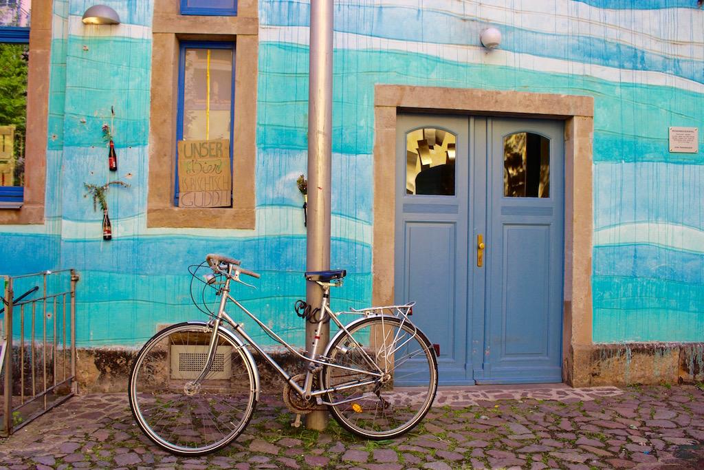 Kreative Kunsthofpassage. Man beachte das Schild im Hintergrund...