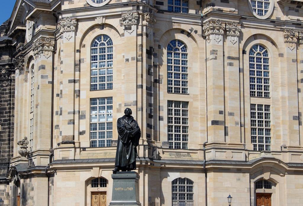 Auch Martin Luther hat seinen Platz vor der Frauenkirche.
