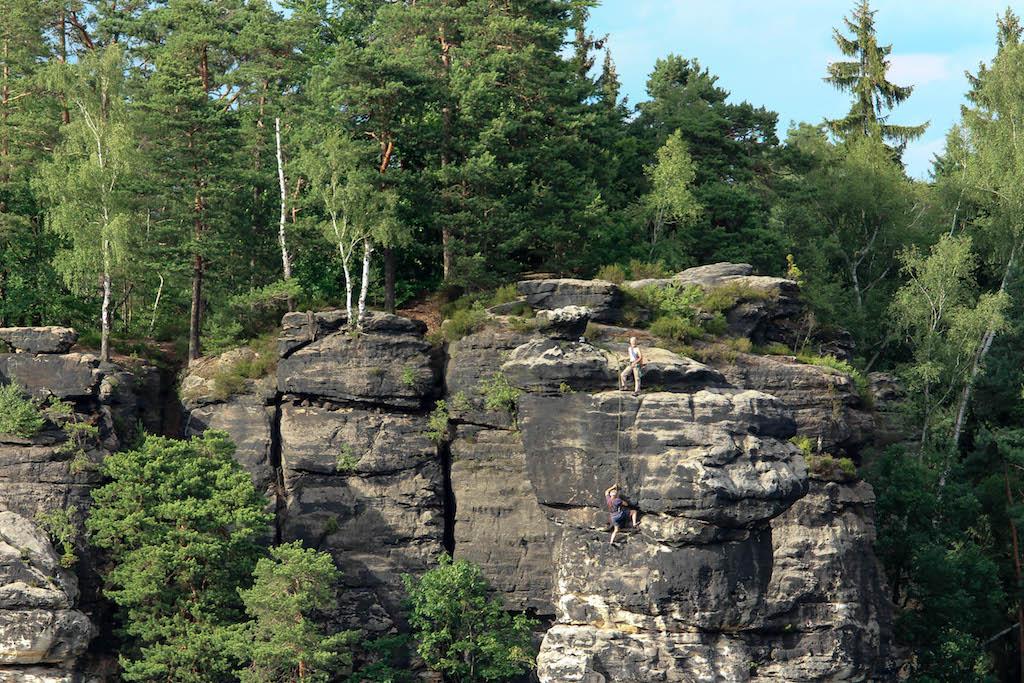 Die Umgebung der Bastei ist berühmt zum Klettern.