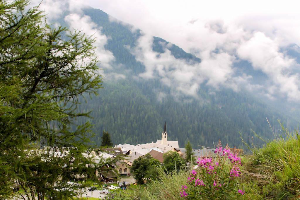 Stimmungsvolle Sicht auf das Dörfchen Guarda in Graubünden.